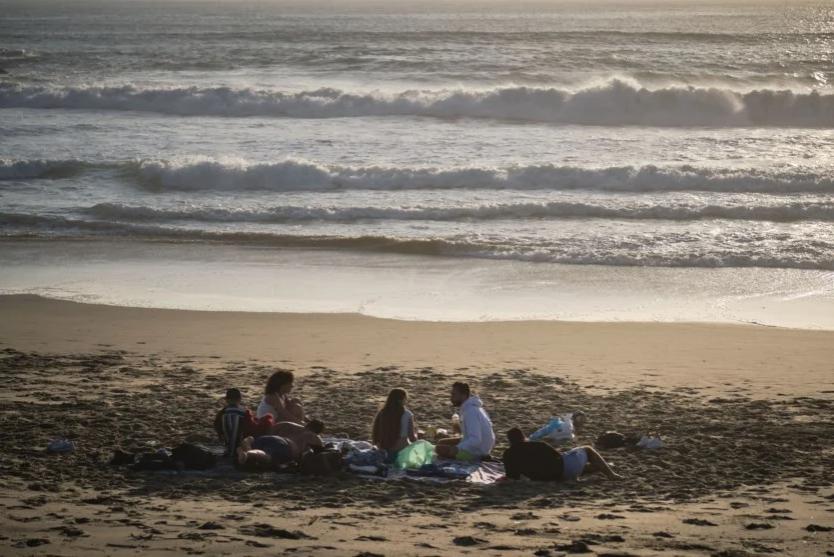 """Imagem para Governo estuda """"espécie de semáforo"""" no acesso às praias"""